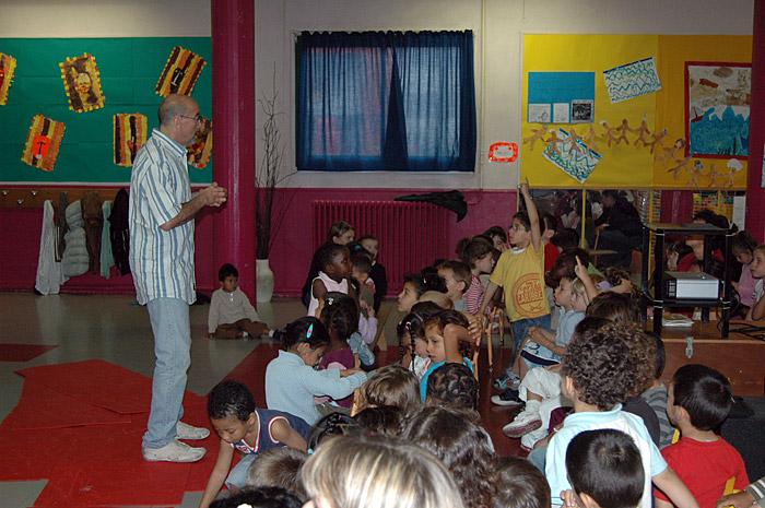 Joe Bunni avec les enfants de l'école