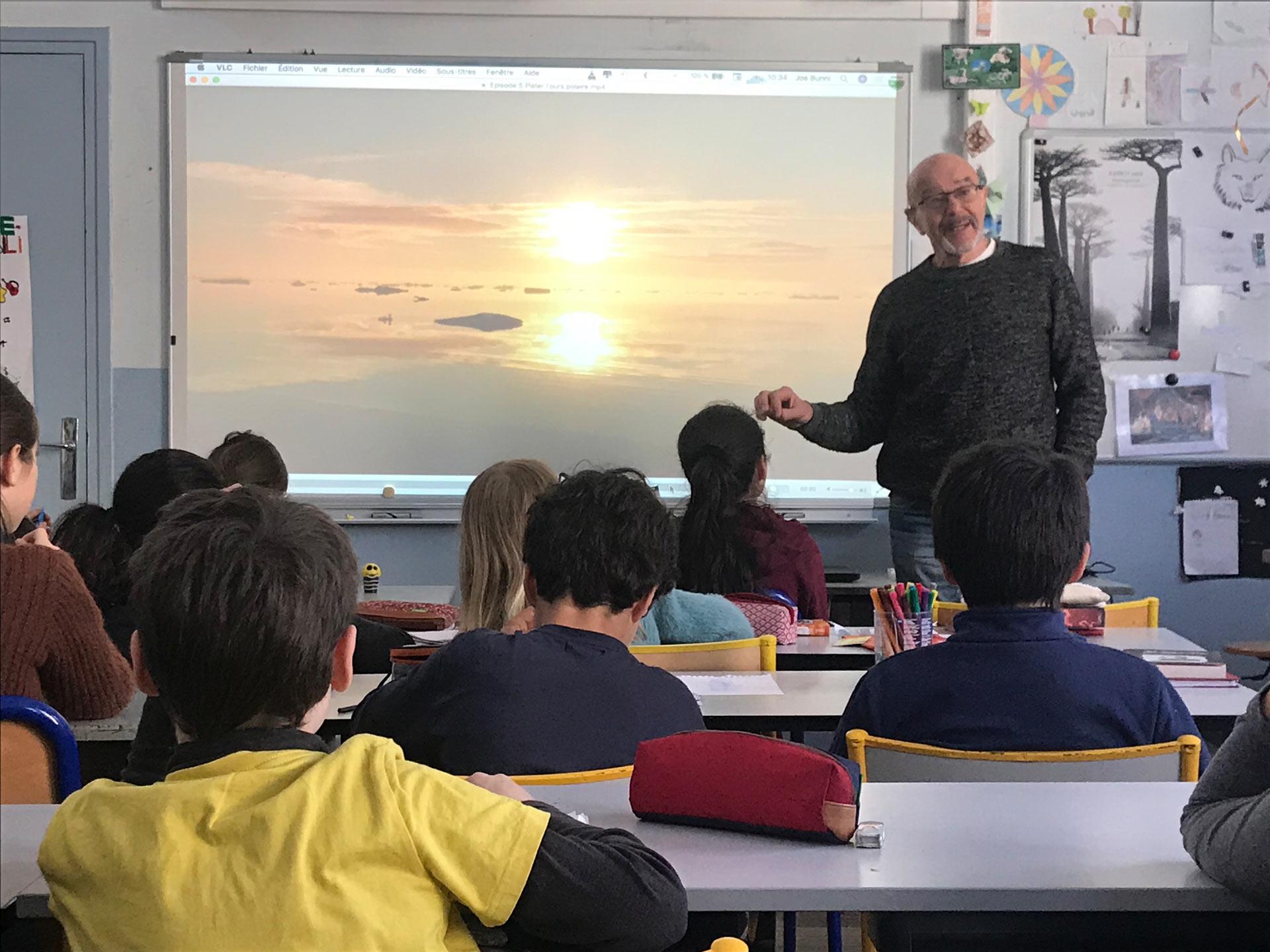 Les élèves écoutent la présentation de Joe